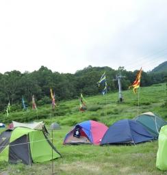 今年はキャンプサイトにもカラフルな旗がゆらめいています